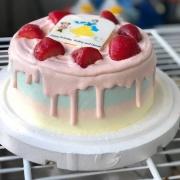 susan susan,冰淇淋彩虹水果蛋糕__草莓炸彈( 草莓季結束依然獨壟草莓來源、絕對不酸 )(唯一可全台宅配冰淇淋蛋糕) ( 可勾不做冰淇淋、也可做冰淇淋,此奶醬是獨家研發的天然配方,熬煮多小時製作而成的,優點是低糖、好吃健康、且宅配不容易壞損融化!  吃的時候記得照包裝上「食用說明」吃,冷凍保存、退冰約5~10分鐘,退太久一般會融化,雖然Susan老師的不會輕易融化但也會失去冰淇淋口感,要注意喔!(回放冷凍1HR即可又恢復冰淇淋口感)(裝飾品為贈品不得轉售))(365天均可訂購),