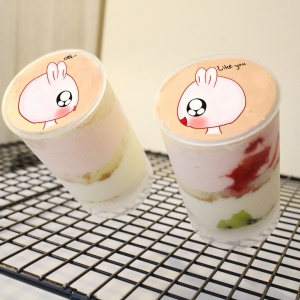 草莓,生日快樂 ( 圖案可以吃喔 ) 冰淇淋彩虹水果蛋糕__推推桶系列 [ designed by 草莓幸福畫小館 ],