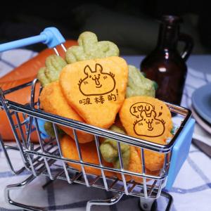 Colapi 可樂餅的島 Colapi 可樂餅的島,情人節快樂_蘿蔔起司餅乾禮盒 ( 類似小時候的小熊餅乾文青款) ( 附贈禮盒,適合與同事朋友家人分享一起吃 )  [ designed by Colapi 可樂餅的島 ],