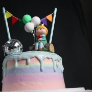 susan susan,冰淇淋裝飾水果蛋糕__小王子星球 (附贈小王子公仔、1個專屬插旗、3個氣球飾品、1個鑽石等飾品 裝飾造型不定期調整, 但主題與數量都會一致請放心) (唯一可全台宅配冰淇淋蛋糕) ( 可勾不做冰淇淋、也可做冰淇淋,此奶醬是獨家研發的天然配方,熬煮多小時製作而成的,優點是低糖、好吃健康、且宅配不容易壞損融化!  吃的時候記得照包裝上「食用說明」吃,冷凍保存、退冰約5~10分鐘,退太久一般會融化,雖然Susan老師的不會輕易融化但也會失去冰淇淋口感,要注意喔!(回放冷凍1HR即可又恢復冰淇淋口感)(裝飾品為贈品不得轉售)),