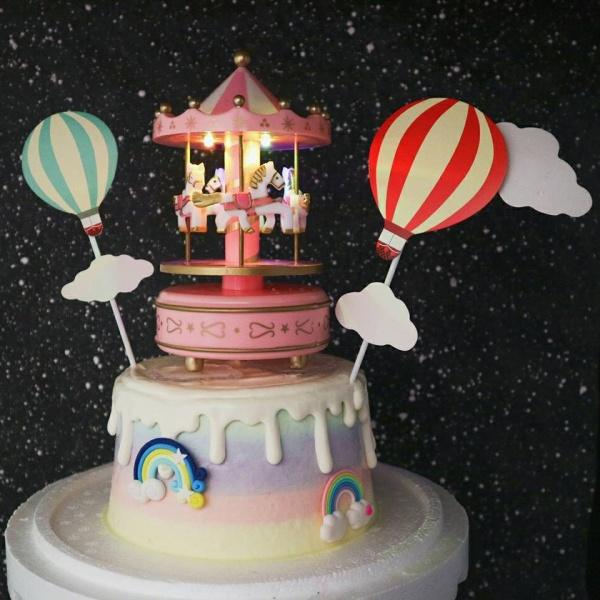 susan susan,冰淇淋蛋糕__旋轉木馬音樂盒 ( 附上音樂盒、有聲 、氣球插旗、數個彩虹擺件    裝飾造型不定期調整, 但主題與數量都會一致請放心。.) (唯一可全台宅配 冰淇淋蛋糕, 共同利用宅配對抗武漢肺炎, 減少不必要外出,也可勾不做冰淇淋 )...  ....(裝飾品為贈品不得轉售, 部分蛋糕依照您勾選的附件贈品種類與數量不同,材積與蛋糕造型會有增加或者變動,因此蛋糕售價會跟著浮動)),