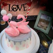 susan susan, 情境蛋糕__早生貴子永浴愛河 (附贈熱火鳥公仔 x 2、1個專屬插旗、氣球裝飾 x 3   裝飾造型不定期調整, 但主題與數量都會一致請放心。部分蛋糕依照您勾選的附件贈品種類與數量不同,材積與蛋糕造型會有增加或者變動,因此蛋糕售價會跟著浮動) (唯一可全台宅配 情境蛋糕) ( 可勾不做冰淇淋、也可做冰淇淋,此奶醬是獨家研發的天然配方,熬煮多小時製作而成的,優點是低糖、好吃健康、且宅配不容易壞損融化!  吃的時候記得照包裝上「食用說明」吃,冷凍保存、退冰約5~10分鐘,退太久一般會融化,雖然Susan老師的不會輕易融化但也會失去冰淇淋口感,要注意喔!(回放冷凍1HR即可又恢復冰淇淋口感)(裝飾品為贈品不得轉售)),
