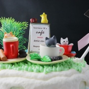 susan susan,冰淇淋裝飾水果蛋糕__貓咪咖啡館 ( 附贈貓咪、各式公園擺件、生日插旗   ) (唯一可全台宅配冰淇淋蛋糕) ( 可勾不做冰淇淋、也可做冰淇淋,此奶醬是獨家研發的天然配方,熬煮多小時製作而成的,優點是低糖、好吃健康、且宅配不容易壞損融化!  吃的時候記得照包裝上「食用說明」吃,冷凍保存、退冰約5~10分鐘,退太久一般會融化,雖然Susan老師的不會輕易融化但也會失去冰淇淋口感,要注意喔!(回放冷凍1HR即可又恢復冰淇淋口感)(裝飾品為贈品不得轉售)),