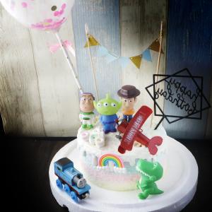 susan susan,冰淇淋千層蛋糕__玩具總動員 ( 附上三眼怪、飛機等玩具、三角派對拉旗、立體彩虹、生日快樂插件、派對氣球、派對鑽石or口笛糖,部分造型不定期調整, 但主題與數量都會一致請放心。.) (唯一可全台宅配 冰淇淋千層蛋糕, 共同利用宅配對抗武漢肺炎, 減少不必要外出,也可勾不做冰淇淋 )...  ....(裝飾品為贈品不得轉售, 部分蛋糕依照您勾選的附件贈品種類與數量不同,材積與蛋糕造型會有增加或者變動,因此蛋糕售價會跟著浮動. 平均哈根達斯蛋糕熱量的1/5; 平均台灣蛋糕熱量的1/4)),