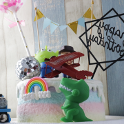 susan susan, 情境蛋糕__玩具總動員 ( 附上三眼怪、飛機等玩具、三角派對拉旗、立體彩虹、生日快樂插件、派對氣球、派對鑽石or口笛糖,部分造型不定期調整, 但主題與數量都會一致請放心。部分蛋糕依照您勾選的附件贈品種類與數量不同,材積與蛋糕造型會有增加或者變動,因此蛋糕售價會跟著浮動) (唯一可全台宅配 情境蛋糕) ( 可勾不做冰淇淋、也可做冰淇淋,此奶醬是獨家研發的天然配方,熬煮多小時製作而成的,優點是低糖、好吃健康、且宅配不容易壞損融化!  吃的時候記得照包裝上「食用說明」吃,冷凍保存、退冰約5~10分鐘,退太久一般會融化,雖然Susan老師的不會輕易融化但也會失去冰淇淋口感,要注意喔!(回放冷凍1HR即可又恢復冰淇淋口感)(裝飾品為贈品不得轉售)),