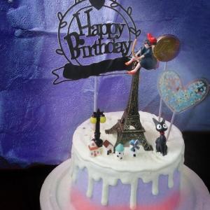susan susan, 情境蛋糕__魔女宅急便  ( 附贈魔女琪琪、黑貓吉吉、巧克力月亮、巴黎鐵塔、街道擺件、生日插件、魔法晶粉插件 裝飾造型不定期調整, 但主題與數量都會一致請放心。部分蛋糕依照您勾選的附件贈品種類與數量不同,材積與蛋糕造型會有增加或者變動,因此蛋糕售價會跟著浮動) (唯一可全台宅配 情境蛋糕) ( 可勾不做冰淇淋、也可做冰淇淋,此奶醬是獨家研發的天然配方,熬煮多小時製作而成的,優點是低糖、好吃健康、且宅配不容易壞損融化!  吃的時候記得照包裝上「食用說明」吃,冷凍保存、退冰約5~10分鐘,退太久一般會融化,雖然Susan老師的不會輕易融化但也會失去冰淇淋口感,要注意喔!(回放冷凍1HR即可又恢復冰淇淋口感)(裝飾品為贈品不得轉售)),