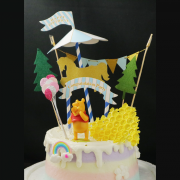 susan susan,冰淇淋裝飾水果蛋糕__維尼小熊的森林樂園  ( 附贈蜂蜜造型餅乾、旋轉木馬插件、派對拉旗、氣球插件、森林插件、維尼小熊、立體彩虹 ) (唯一可全台宅配冰淇淋蛋糕) ( 可勾不做冰淇淋、也可做冰淇淋,冰淇淋請特別注意此奶醬為SUSAN老師獨家專利配方手工製作,不似傳統冰店宅配退冰容易容化,但是退冰太久即使不容易融化也會失去冰淇淋口感,一般建議5~10分鐘就要吃掉,不過時間也與您冷凍庫強度有關,詳細吃法照包裝吃才會好吃),