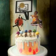 susan susan,冰淇淋裝飾水果蛋糕__籃球高手  ( 附贈櫻木花道與夥伴 or 黑子與黑子的夥伴、籃球專屬插件) (唯一可全台宅配冰淇淋蛋糕) ( 可勾不做冰淇淋、也可做冰淇淋,此奶醬是獨家研發的天然配方,熬煮多小時製作而成的,優點是低糖、好吃健康、且宅配不容易壞損融化!  吃的時候記得照包裝上「食用說明」吃,冷凍保存、退冰約5~10分鐘,退太久一般會融化,雖然Susan老師的不會輕易融化但也會失去冰淇淋口感,要注意喔!(回放冷凍1HR即可又恢復冰淇淋口感)),