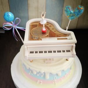 susan susan, 情境蛋糕__鋼琴音樂盒蛋糕 ( 附上鋼琴音樂盒、亮晶晶球插件、魔法愛心插件)  (唯一可全台宅配 情境蛋糕) ( 可勾不做冰淇淋、也可做冰淇淋,此奶醬是獨家研發的天然配方,熬煮多小時製作而成的,優點是低糖、好吃健康、且宅配不容易壞損融化!  吃的時候記得照包裝上「食用說明」吃,冷凍保存、退冰約5~10分鐘,退太久一般會融化,雖然Susan老師的不會輕易融化但也會失去冰淇淋口感,要注意喔!(回放冷凍1HR即可又恢復冰淇淋口感)(裝飾品為贈品不得轉售)) (複製),