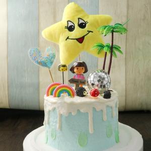 susan susan, 情境蛋糕__朵拉的探險 ( 附上朵拉、朵拉神奇背包、朵拉世界都是擬人化之微笑星星 or 月亮、叢林野木、兩組隨機動物、叢林秘境寶石、立體彩虹、告示牌或者柵欄等探險物品、魔法愛心 )  (唯一可全台宅配 情境蛋糕) ( 可勾不做冰淇淋、也可做冰淇淋,此奶醬是獨家研發的天然配方,熬煮多小時製作而成的,優點是低糖、好吃健康、且宅配不容易壞損融化!  吃的時候記得照包裝上「食用說明」吃,冷凍保存、退冰約5~10分鐘,退太久一般會融化,雖然Susan老師的不會輕易融化但也會失去冰淇淋口感,要注意喔!(回放冷凍1HR即可又恢復冰淇淋口感)(裝飾品為贈品不得轉售)),