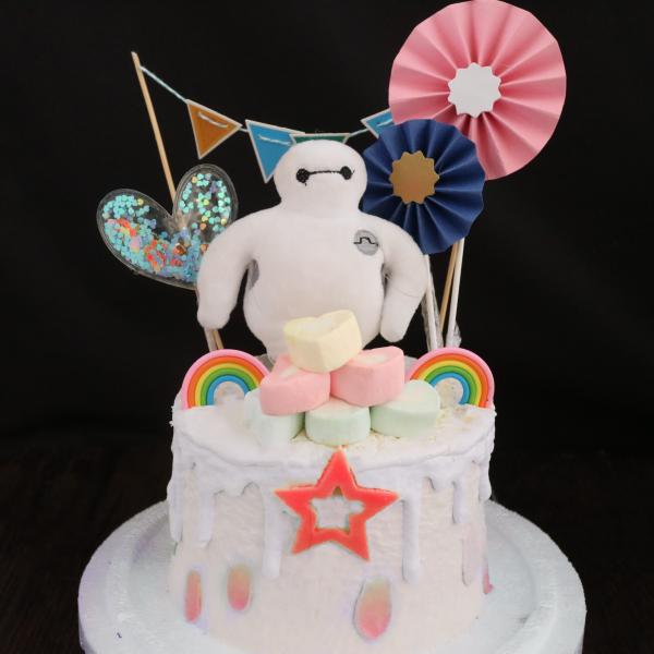 susan susan,冰淇淋裝飾水果蛋糕__棉花一樣的杯麵超人 ( 附贈大英雄天團杯麵、東京插件、愛人的心、派對拉旗、像杯麵質感的棉花、立體彩虹裝飾造型不定期調整, 但主題與數量都會一致請放心) (唯一可全台宅配冰淇淋蛋糕) ( 可勾不做冰淇淋、也可做冰淇淋,此奶醬是獨家研發的天然配方,熬煮多小時製作而成的,優點是低糖、好吃健康、且宅配不容易壞損融化!  吃的時候記得照包裝上「食用說明」吃,冷凍保存、退冰約5~10分鐘,退太久一般會融化,雖然Susan老師的不會輕易融化但也會失去冰淇淋口感,要注意喔!(回放冷凍1HR即可又恢復冰淇淋口感)(裝飾品為贈品不得轉售)),