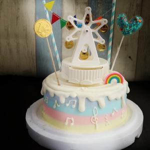 susan susan, 情境蛋糕__滿滿金幣摩天輪音樂盒 ( 附上摩天輪音樂盒、金幣巧克力、派對拉旗、魔法愛心、立體彩虹裝飾造型不定期調整, 但主題與數量都會一致請放心。部分蛋糕依照您勾選的附件贈品種類與數量不同,材積與蛋糕造型會有增加或者變動,因此蛋糕售價會跟著浮動) (唯一可全台宅配 情境蛋糕) ( 可勾不做冰淇淋、也可做冰淇淋,此奶醬是獨家研發的天然配方,熬煮多小時製作而成的,優點是低糖、好吃健康、且宅配不容易壞損融化!  吃的時候記得照包裝上「食用說明」吃,冷凍保存、退冰約5~10分鐘,退太久一般會融化,雖然Susan老師的不會輕易融化但也會失去冰淇淋口感,要注意喔!(回放冷凍1HR即可又恢復冰淇淋口感)(裝飾品為贈品不得轉售)),