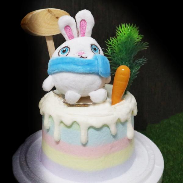 susan susan,冰淇淋裝飾水果蛋糕___圍巾小兔 ( 兔兔、蘿蔔或者蔬菜等擺件、草叢、告牌或者其他田園擺件,裝飾造型不定期調整, 但主題與數量都會一致請放心。部分蛋糕依照您勾選的附件贈品種類與數量不同,材積與蛋糕造型會有增加或者變動,因此蛋糕售價會跟著浮動) (唯一可全台宅配冰淇淋蛋糕) ( 可勾不做冰淇淋、也可做冰淇淋,此奶醬是獨家研發的天然配方,熬煮多小時製作而成的,優點是低糖、好吃健康、且宅配不容易壞損融化!  吃的時候記得照包裝上「食用說明」吃,冷凍保存、退冰約5~10分鐘,退太久一般會融化,雖然Susan老師的不會輕易融化但也會失去冰淇淋口感,要注意喔! (回放冷凍1HR即可又恢復冰淇淋口感)(裝飾品為贈品不得轉售)),