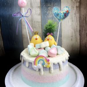 susan susan, 情境蛋糕__初生之篤   ( 附贈男女小雞 、彩色棉花糖、立體彩虹、魔法裝飾, 裝飾造型不定期調整, 但主題與數量都會一致請放心。部分蛋糕依照您勾選的附件贈品種類與數量不同,材積與蛋糕造型會有增加或者變動,因此蛋糕售價會跟著浮動) (唯一可全台宅配 情境蛋糕) ( 可勾不做冰淇淋、也可做冰淇淋,此奶醬是獨家研發的天然配方,熬煮多小時製作而成的,優點是低糖、好吃健康、且宅配不容易壞損融化!  吃的時候記得照包裝上「食用說明」吃,冷凍保存、退冰約5~10分鐘,退太久一般會融化,雖然Susan老師的不會輕易融化但也會失去冰淇淋口感,要注意喔!(回放冷凍1HR即可又恢復冰淇淋口感)(裝飾品為贈品不得轉售)),