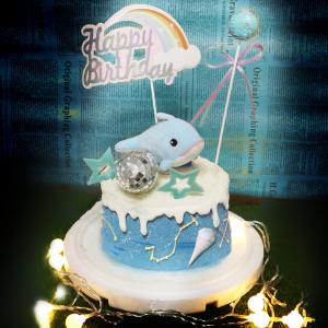 susan susan,冰淇淋裝飾水果蛋糕___如海豚般睿智與善良 ( 海豚、星星巧克力、海洋上空、冰淇淋造型軟糖、彩虹插件、魔法亮片插件,裝飾造型不定期調整, 但主題與數量都會一致請放心。部分蛋糕依照您勾選的附件贈品種類與數量不同,材積與蛋糕造型會有增加或者變動,因此蛋糕售價會跟著浮動) (唯一可全台宅配冰淇淋蛋糕) ( 可勾不做冰淇淋、也可做冰淇淋,此奶醬是獨家研發的天然配方,熬煮多小時製作而成的,優點是低糖、好吃健康、且宅配不容易壞損融化!  吃的時候記得照包裝上「食用說明」吃,冷凍保存、退冰約5~10分鐘,退太久一般會融化,雖然Susan老師的不會輕易融化但也會失去冰淇淋口感,要注意喔! (回放冷凍1HR即可又恢復冰淇淋口感)(裝飾品為贈品不得轉售)),