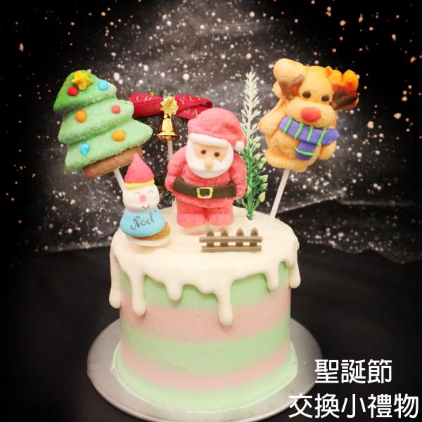 susan susan,送一人份小 情境蛋糕___聖誕小禮物 ( 此品項針對送人設計, 因此為4吋一人份, 若要大尺寸與家人共同享用請選其他品項, 附上聖誕老人軟糖、雪人軟糖 、麋鹿軟糖、森林軟糖、花圈、柵欄,裝飾造型不定期調整, 但主題與數量都會一致請放心。部分蛋糕依照您勾選的附件贈品種類與數量不同,材積與蛋糕造型會有增加或者變動,因此蛋糕售價會跟著浮動) (唯一可全台宅配 情境蛋糕) ( 可勾不做冰淇淋、也可做冰淇淋,此奶醬是獨家研發的天然配方,熬煮多小時製作而成的,優點是低糖、好吃健康、且宅配不容易壞損融化!  吃的時候記得照包裝上「食用說明」吃,冷凍保存、退冰約5~10分鐘,退太久一般會融化,雖然Susan老師的不會輕易融化但也會失去冰淇淋口感,要注意喔! (回放冷凍1HR即可又恢復冰淇淋口感)(裝飾品為贈品不得轉售)),