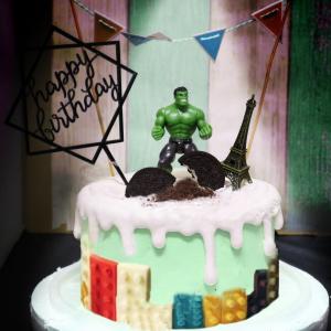 susan susan, 情境蛋糕___健壯寶寶 ( 附上浩客、OREO餅乾、高樓大廈巧克力、巴黎鐵塔、三角派對拉旗、生日插旗,裝飾造型不定期調整, 但主題與數量都會一致請放心。部分蛋糕依照您勾選的附件贈品種類與數量不同,材積與蛋糕造型會有增加或者變動,因此蛋糕售價會跟著浮動) (唯一可全台宅配 情境蛋糕) ( 可勾不做冰淇淋、也可做冰淇淋,此奶醬是獨家研發的天然配方,熬煮多小時製作而成的,優點是低糖、好吃健康、且宅配不容易壞損融化!  吃的時候記得照包裝上「食用說明」吃,冷凍保存、退冰約5~10分鐘,退太久一般會融化,雖然Susan老師的不會輕易融化但也會失去冰淇淋口感,要注意喔! (回放冷凍1HR即可又恢復冰淇淋口感)(裝飾品為贈品不得轉售)),