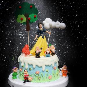 susan susan,情境蛋糕___白雪公主與七個小矮人 ( 附上白雪公主、七個小矮人、蘋果樹、蘑菇、雲朵插件,裝飾造型不定期調整, 但主題與數量都會一致請放心。部分蛋糕依照您勾選的附件贈品種類與數量不同,材積與蛋糕造型會有增加或者變動,因此蛋糕售價會跟著浮動) (唯一可全台宅配 情境蛋糕) ( 可勾不做冰淇淋、也可做冰淇淋,此奶醬是獨家研發的天然配方,熬煮多小時製作而成的,優點是低糖、好吃健康、且宅配不容易壞損融化!  吃的時候記得照包裝上「食用說明」吃,冷凍保存、退冰約5~10分鐘,退太久一般會融化,雖然Susan老師的不會輕易融化但也會失去冰淇淋口感,要注意喔! (回放冷凍1HR即可又恢復冰淇淋口感)(裝飾品為贈品不得轉售)),