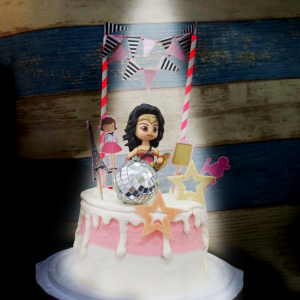 susan susan,情境蛋糕___女生也可以是戰士 ( 附上神力女超人、鑽石、城市女孩拉騎,裝飾造型不定期調整, 但主題與數量都會一致請放心。部分蛋糕依照您勾選的附件贈品種類與數量不同,材積與蛋糕造型會有增加或者變動,因此蛋糕售價會跟著浮動) (唯一可全台宅配 情境蛋糕) ( 可勾不做冰淇淋、也可做冰淇淋,此奶醬是獨家研發的天然配方,熬煮多小時製作而成的,優點是低糖、好吃健康、且宅配不容易壞損融化!  吃的時候記得照包裝上「食用說明」吃,冷凍保存、退冰約5~10分鐘,退太久一般會融化,雖然Susan老師的不會輕易融化但也會失去冰淇淋口感,要注意喔! (回放冷凍1HR即可又恢復冰淇淋口感)(裝飾品為贈品不得轉售)),