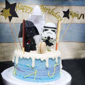 susan susan,情境蛋糕___願原力與你同在 ( 附上黑武士 or 白武士 or 黑白都要、光劍Pocky、星際大戰生日插件、太空飛行物,裝飾造型不定期調整, 但主題與數量都會一致請放心。部分蛋糕依照您勾選的附件贈品種類與數量不同,材積與蛋糕造型會有增加或者變動,因此蛋糕售價會跟著浮動) (唯一可全台宅配 情境蛋糕) ( 可勾不做冰淇淋、也可做冰淇淋,此奶醬是獨家研發的天然配方,熬煮多小時製作而成的,優點是低糖、好吃健康、且宅配不容易壞損融化!  吃的時候記得照包裝上「食用說明」吃,冷凍保存、退冰約5~10分鐘,退太久一般會融化,雖然Susan老師的不會輕易融化但也會失去冰淇淋口感,要注意喔! (回放冷凍1HR即可又恢復冰淇淋口感)(裝飾品為贈品不得轉售)),