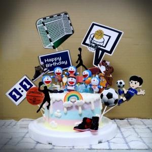 susan susan,冰淇淋千層蛋糕__與多拉ㄟ夢一起運動  ( 附上多拉ㄟ夢、足球、籃球, 造型不定期調整*。.) (唯一可宅配冰淇淋蛋糕#,也可不做冰淇淋 )... 小叮噹歌曲很洗腦超好聽 ....(裝飾品為贈品不得轉售..平均哈根達斯蛋糕熱量的1/5台灣蛋糕的1/4)),