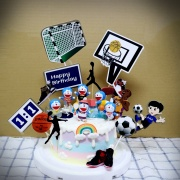 susan susan,全台唯一可宅配_冰淇淋千層蛋糕__與多拉ㄟ夢一起運動  ( 附上多拉ㄟ夢、足球、籃球, 造型不定期調整*。.) (##也可不做冰淇淋 )... 小叮噹歌曲很洗腦超好聽 ....(裝飾品為贈品不得轉售..平均哈根達斯蛋糕熱量的1/5台灣蛋糕的1/4))防疫期間,尤其雙北桃園新竹,下單表示同意可能延誤,台灣加油!,
